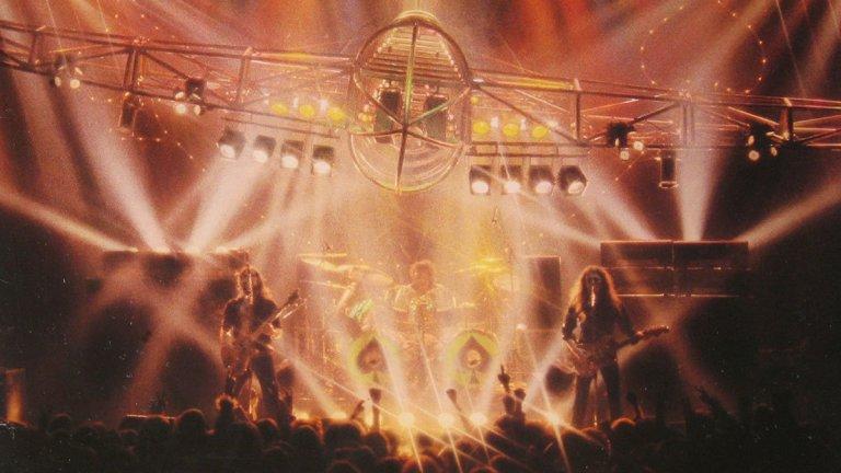 Motorhead - No Sleep 'til Hammersmith (1981)  С издаването на четвъртия си албум Ace of Spades, Леми Килмистър и компания най-сетне се радвали на масивен успех, най-вече благодарение на титулната песен. Било време да издадат и първия си лайв албум. Който е запознат с концертите на тези рок зверове, знае каква помитаща сила представляваха те на живо дори в късните си години. Още повече пък през 1981-а, когато енергията им все още изглеждала безкрайна. Албумът е компилиран почти изцяло от концертите на групата в Лийдс и Нюкасъл по време на турнето, наречено Short Sharp Pain In The Neck. Името на турнето дошло от травмата, която получил барабанистът Фил Тейлър, след като паднал на главата си при пиянски инцидент след един концерт. No Sleep 'til Hammersmith си остава един от най-успешните албуми в дългата история на Motorhead и е най-добре представилият се в класациите, като достига №1 във Великобритания.