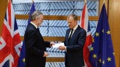 Британският посланик в ЕС Тим Бароу връчи на председателя на ЕС Доналд Туск, писмото, което известява за началото на Брекзит. По този начин се задейства историческия член 50 от Лисабонския договор и формално започва процедурата по излизане от ЕС.