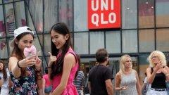 Хора се стичат пред големия магазин за дрехи, за да се снимат
