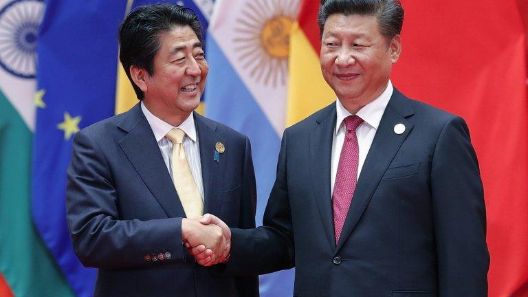 """""""От Япония до Австралия, азиатските съюзници на САЩ може просто да се преместят в орбитата на Китай по същия начин, по който Финландия го направи по време на Студената война. Тези американски съюзници няма да имат избор, освен да търсят помирение с Китай."""" (на снимката: японският премиер Шиндзо Абе и китайският лидер Си Дзинпин)"""
