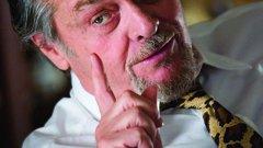 """Джак Никълсън преобразява почти изцяло героя си в The Departed   Джак Никълсън е от този ранг актьори, с които много режисьори биха се радвали да работят. Дори и Мартин Скорсезе. Когато Никълсън е избран за ролята си в The Departed, той не е бил особено ентусиазиран за героя си. Актьорът решава да промени почти изцяло начина, по който изглежда главната роля, като стига до там да откаже да носи шапка на Ред Сокс (защото самият актьор е фен на Янките).   Той става и много по-похотлив и по негово искане дори добавят сцена, където Никълсън спи с две проститутки, докато друса. Изненадващо, Скорсезе се съобразява с повечето от изискванията, а резултатът е повече от добър - това му донася първия """"Оскар"""" за най-добър филм и първия за най-добър режисьор."""