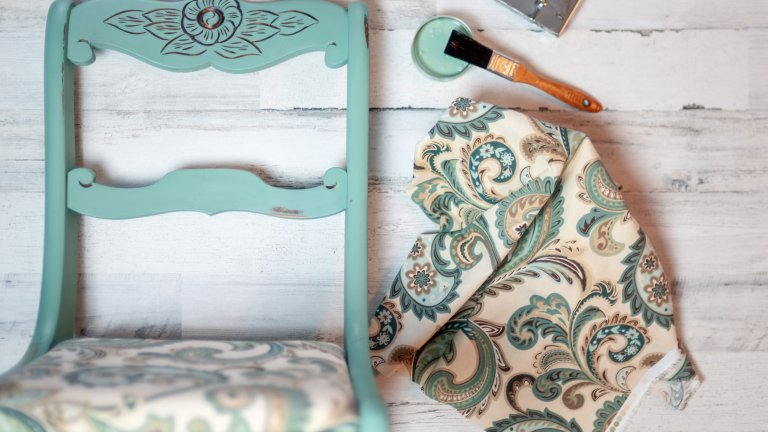Оцветете си сами Да боядисаш стар дървен стол или такъв с гланцирана бяла повърхност не е никак сложно, а ефектът е доста добър. Дали кухненските столове или тези на терасата - боя за дърво се продава навсякъде и във всякакви цветове, а пастелните нюанси са особено подходящи за предстоящия сезон. Ако пък имате плат за дамаска, можете да свалите старата и да я използвате като модел, по който да разчертаете и смените леко поизтъркания ѝ фасон.
