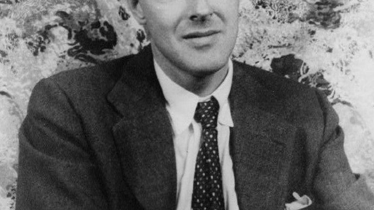 """Роалд Дал Роденият през 1916 г. Роалд Дал е ветеран от британските военновъздушни сили, който е назначен в посолството във Вашингтон след края на Втората световна война. Там той е вербуван от канадския топ-шпионин Уилям Стивънсън и започва да предава информация до службите и премиера на Великобритания Уинстън Чърчил, относно настроенията в американската столица. Според някои сведения, в този период той се забърква в редица афери, докато разузнава какви са политическите нагласи на най-влиятелните жени в САЩ по онова време. Дал пише още по време на войната, но по-късното му творчество се сдобива с истинска популярност с книги като """"Чарли и шоколадовата фабрика"""", """"Вълшебният пръст"""" и """"Матилда"""". Произведенията за деца правят Роалд Дал един от най-добре продаваните автори в историята, но ние ви препоръчваме и неговите по-мрачни истории за възрастни, изпълнени с неочаквани обрати."""
