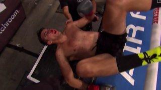 Страховит нокаут изхвърли боксьор извън ринга (видео)