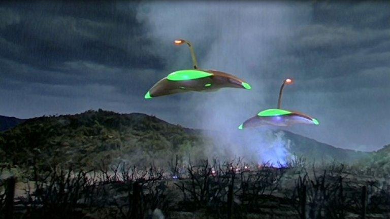 """10.""""Война на световете"""" (1953)  Екранизацията по романа на Хърбърт Уелс за марсианска инвазия е била особено шокираща за зрителите отчасти и заради времето, в което излиза. В годините след Втората световна война, когато и заплахата за ядрена атака е била на дневен ред, идеята, че хората могат лесно да бъдат надвити при атака от извънземни е ужасявала масовия зрител.   """"Бях разстроен цяла нощ"""", спомня си първата си среща с """"Война на световете"""" Сет Шостак, старши астроном от института SETI, занимаващ се с търсенето на извънземен разум. """"Това е ясен белег за филм, който се отличава от останалите""""."""