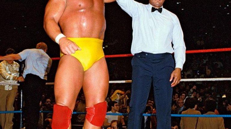 Великият Мохамед Али също влиза в шоуто няколко път, но като арбитър, за да вдигне ръката на победителя - в случая Хълк Хоган.