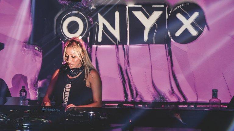 Освен с музика, DJ Микаела явно се е занимавала и с доста други дейности