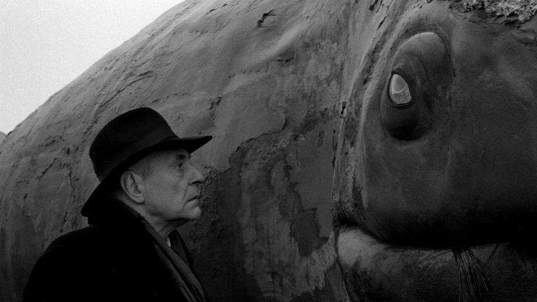 """""""Веркмайстерови хармонии"""" (Werckmeister Harmonies)Оценка: 92 от 100 По романа """"Меланхолия на съпротивата"""" от унгарския писател Ласло Краснахоркай  и режисурата на Бела Тар се появява този класически хорър. Историята започва в малък унгарски град, в който пристига цирк, чиято най-голяма атракция е препарираният труп на истински кит. Хора от различни места се стичат пред цирковата шатра, за да видят останките на бозайника. Но в един момент тоновете мъртва плът събуждат необичайни събития в доскоро заспалото градче..."""