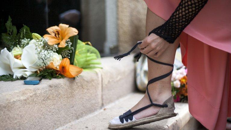"""Колкото повече връзки, толкова по-модерно  В статията ни """"Как да бъдем """"тренди"""" през лятото с няколко модни трика"""" вече ви споменахме идеята да вмъкнете панталона си в обувката. Това е особено лесно, ако тя е с много или дълги връзки.    Лек летен и малко по-дълъг панталон и сандал с връзки, с който да """"хванете"""" крачола, ще ви вкара в крак с тенденциите това лято. Подобни обувки вървят добре и с пола, а може и да са на висок ток, така че не се ограничавайте."""