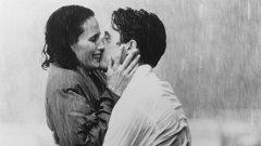 """""""Четири сватби и едно погребение""""  """"Все още вали? Не бях забелязала"""", казва героинята на Анди Макдауъл на Хю Грант в романтичната драма """"Четири сватби и едно погребение"""" от 1994 г., режисирана от на Майк Нюъл."""