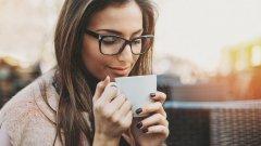 """Нищо не може да замени първата глътка кафе както в началото на деня, така и през ранния следобед. Но за да е подходящ за консумация сутрин, без да е твърде силен следобед, живителният """"чаромат"""" трябва да има добре балансиран вкус – точно като на новото мляно кафе на Jacobs - Cronat Gold"""