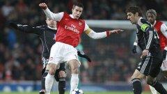 """Робин Ван Перси реализира първото попадение за Арсенал срещу """"гробарите"""""""