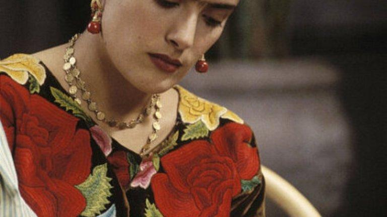 """Дългата борба за """"Фрида""""  Може би най-големият й успех обаче остава филмът """"Фрида"""" (2002 г.). Плановете за филм за живота на художничката Фрида Кало са от края на 80-те години, но проектът набира инерция едва когато Хайек се ангажира с него. По собствените й думи осем години се е борила """"Фрида"""" да стане реалност, тъй като никой не е искал да създаде филм за """"мексиканска комунистка с една вежда"""". В крайна сметка упоритата Хайек успява и не само продуцира филма, но и играе главната роля. За изпълнението си е номинирана за """"Оскар"""" за най-добра главна женска роля."""