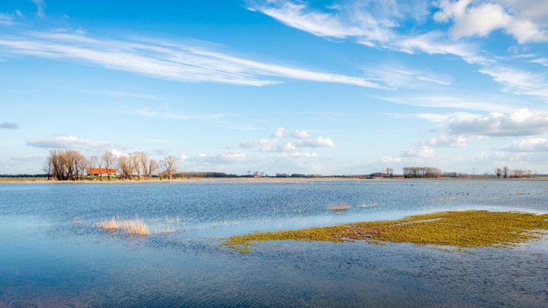 Ниско разположената страна има столетен опит в управлението на водата. Сега климатичните промени заплашват да я наводнят напълно