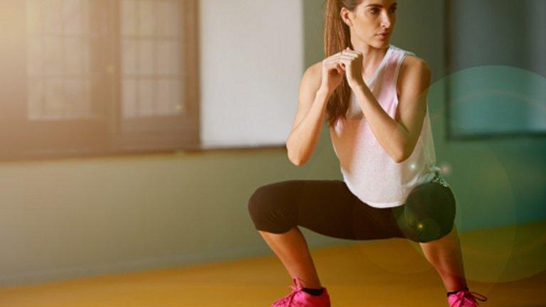 2. Сумо клек Упражнението сумо клек позволява да се изолира повече долната част на кръста и да се акцентира върху глутеуса (дупето), като се направи контракция в горна позиция. Начин на изпълнение: Заемете позиция, така че стъпалата да са около два пъти ширината на раменете. Обърнете пръсти възможно най-навън, петите да сочат една към друга. Клякате вертикално надолу, като се стремите да поддържате коленете в отвесна линия спрямо глезените. Не накланяте тялото, гръбнакът е изпънат, изпъчвате гърди и гледате напред. Не повдигайте пети докато клякате. Разпределете тежестта си по цялото стъпало. Когато тазът ви слезе под коленете, задръжте за секунда и експлозивносе върнетепо същия път. Опитайте се да направите контракция в глутеуса (дупето) при достигане нанай-горна позиция.