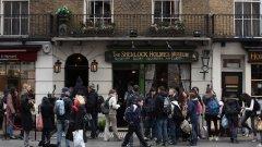"""Музеят на Шерлок Холмс е непрекъснато окупиран от туристи. Колко от тях обаче знаят чия собственост е сградата на """"Бейкър Стрийт""""?"""