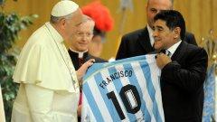 Папата получи фланелка с номера на великия Диего и името Франциск на гърба.