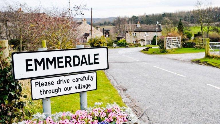 """Emmerdale / """"Емърдейл""""  """"Фермата Емърдейл"""", както е познат до 1989 г., продължава да върви в британския ефир вече 49 години. Заедно с Coronation Street са двете най-обичани сапунени опери на Острова."""