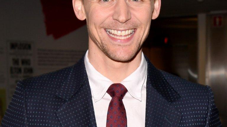 Том Хидълстън   Познаваме го като злодеят Локи в поредицата за Тор, но в реалния живот трудно можем да си го представим в отрицателен образ. Том Хидълстън има широка усмивка и сини очи, по които въздишат не една и две жени. В допълнение можем да кажем, че той е истински британски джентълмен.