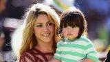 Шакира предизвика вълна от недоволство с призива си към испанското правителство да позволи на децата да излизат на разходка с по един възрастен. На снимката: Шакира с единия си син - Милан, през 2014 г.