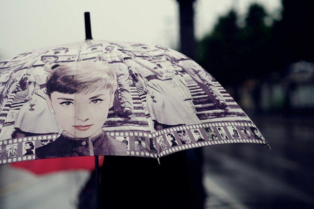"""Ако искате чадър като дъга, нека поне един от цветовете да е и в дрехите ви. И последен съвет - ако чадърът ви е червен, това не означава и палтото, и обувките, и шапката да са такива. В """"Червената шапчица"""" може и да е сладко, но има риск да изглежда грозно, ако нюансите на всеки аксесоар са различни.    Продават се и такива чадъри, които са от полиестер с импрегниран тефлон, която материя може да сменя цвета си в зависимост от светлината, температурата и попадналата на купола вода. Може да поискате и специално изображение или рисунка на чадъра си.    Съвет към по-суетните е да избират цветове, чието отражение и сянка не правят лицето да изглежда изморено - като зелено и синьо. Топлите тонове обикновено подобряват цвета на лицето.    Класическият едноцветен чадър тип """"бастун"""" например е идеално допълнение към деловия бизнес стил. Но пък изглежда прекалено строго за онези, които се носят по-неглиже."""