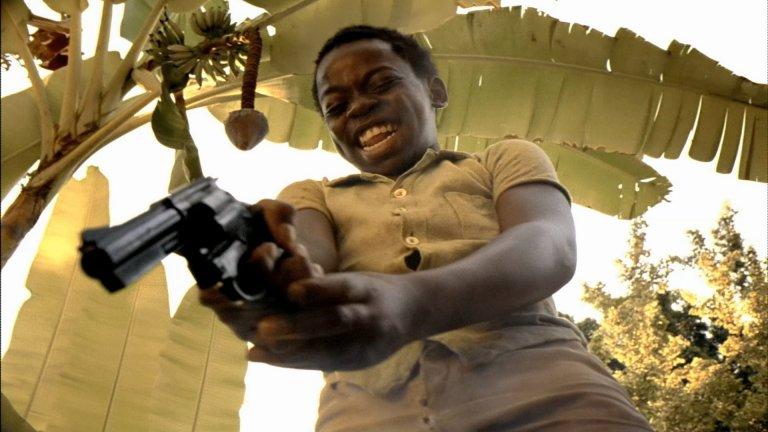 """""""Градът на Бога"""" Бразилската кримка """"Градът на Бога"""" получава 4 номинации за """"Оскар"""" - за операторска работа, монтаж, режисура и адаптиран сценарий. В крайна сметка обаче не печели нито една. Екранизацията на романа на Пауло Линс вкарва зрителя в света на организираната престъпност в Сидади ди Деуш (в буквален превод """"Градът на Бога""""), фавела в Рио де Жанейро. Лентата на Фернанду Мейрелис разбира романтичната мечта за Бразилия на красивите жени и разкошните палми и показва една друга страна на Рио де Жанейро, в която Ипанема не се вижда, а децата боравят не с водни, а с истински пистолети."""