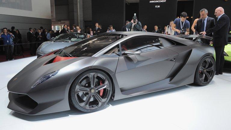Lamborghini Sesto Elemento 6 елемента: земя, вода, въздух, огън, лудост и визия. Това съдържа рецептата, от която се ражда Sesto Elemento. Всъщност, името на модела не идва от елементите на природата, а индикира атомното число на карбона. Всичко в този модел е от карбон, дори колелата, и той тежи малко повече от един тон, въпреки че се радва на приличните 562 к.с.
