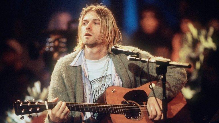 Nirvana - MTV Unplugged In New York (1994)  Едва ли има рок фен, който да не е запознат с този акустичен концерт, записан през ноември 1993-а, само два месеца след издаването на финалния студиен албум на Nirvana In Utero. Опустошителният лайв в Ню Йорк разкрива по-неочаквана и по-нежна страна на големите герои на гръндж вълната и е издаден година след записването си – като се превръща в първия албум на бандата, появил се след смъртта на фронтмена Кърт Кобейн. На MTV Unplugged Nirvana отказва да свири най-големите си хитове от албума Nevermind с изключение на Come As You Are и вместо това залага на песни, ценени само от най-закоравелите фенове, плюс няколко кавъра. Смазващата версия на The Man Who Sold the World на Дейвид Боуи добива съвсем различна енергия и контекст в изпяването на Кобейн, но черешката на тортата е смразяващата Where Did You Sleep Last Night на Лед Бели, с която от Nirvana затварят концерта по спиращ дъха начин.