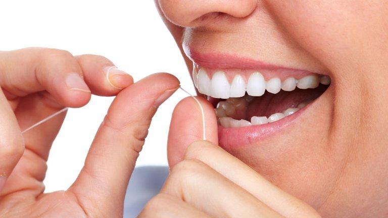 35% от зъбните повърхности са недостъпни за четката. Там на помощ идва именно конецът.