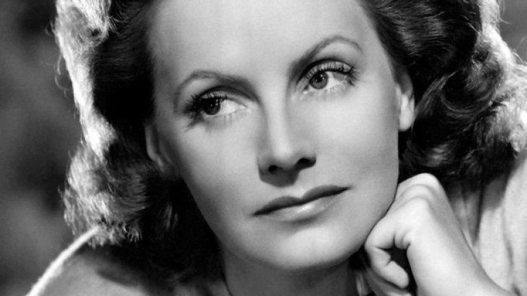 """Грета Гарбо в """"Жената с две лица"""" (1941)  Знаменитата й кариера не оцелява след нейната втора комедийна роля. Гарбо предварително е недоволствала, че студиото се опитва да я """"убие"""" и направо й е """"изкопало гроба"""", като я е поставило в този филм. Тромавата роля на жена, представяща се за своя близначка, за да спечели обратно мечтания мъж, наистина се приема зле и предизвиква големи критики в медиите. И други фактори повлияват за нейното оттегляне от Холивуд, но така или иначе, това си остава последната роля на Гарбо в киното, макар че тогава е само на 36 г."""