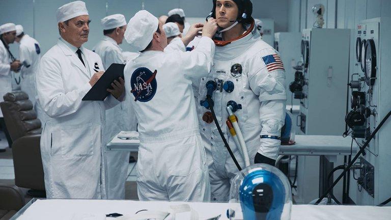 """""""Първият човек"""" Филмът разказва историята на първия човек, успял да стъпи на Луната, въпреки че все още съществуват конспиративни теории, че това никога не се е случвало. Сюжетът разкрива части от живота му, като особено се набляга на тази за подготовката на легендарната космическата мисия, оказала се една от най-опасните в историята на човечеството. В кожата на Армстронг влиза актьорът Райън Гослинг."""
