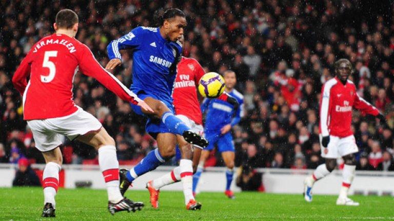 Дидие Дрогба се гордее с вероятно най-уникалния рекорд в дербитата на английския футбол. Да, Ръш има 25 гола срещу Евертън, но ги е вкарал в 36 мача. А Дрогба е наказал 15 пъти Арсенал с екипа на Челси, само в 16 срещи! Невероятно постижение, като без съмнение Дидие бе разликата между двата отбора в сблъсъците им през годините на Роман Абрамович. А често точно тези дербита решаваха дори и титлата. Дрогба напълно смазваше психически Арсенал през годините.