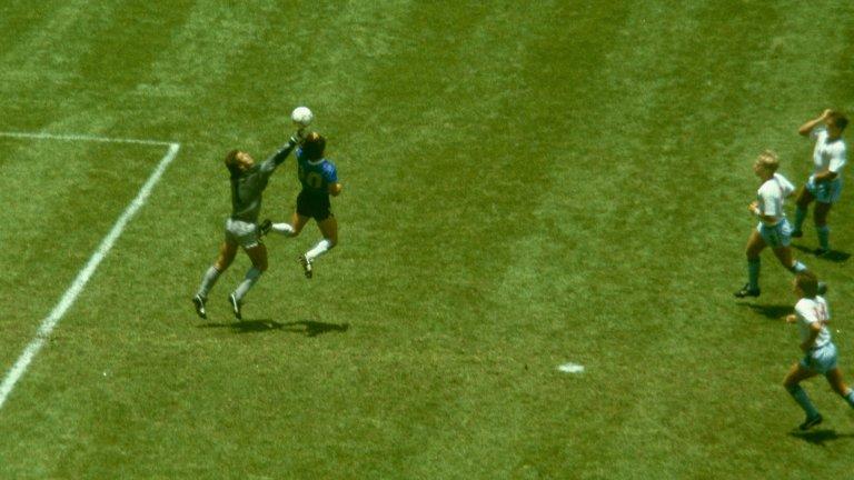Четири години, след като изпревари Питър Шилтън и заблуди българския страничен рефер Богдан Дочев с лявата, Диего Марадона отново вади Божията ръка, в каквато се превръща този път дясната, за да спаси отново Аржентина.