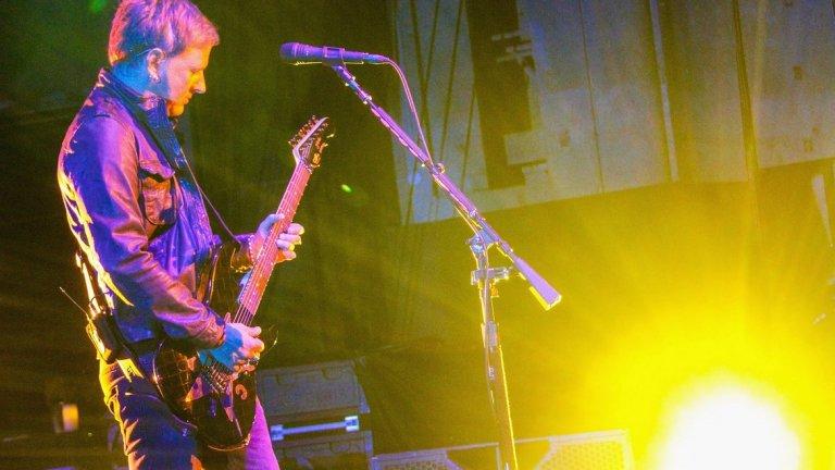 """Alice In Chains и Елтън Джон - """"Black Gives Way to Blue""""  Къде е Елтън Джон? На пианото, дами и господа. Песента от едноименния албум на Alice in Chains от 2009-а е в памет на покойния вокалист на бандата Лейн Стели. А уменията на сър Елтън на пианото я правят още по-докосваща."""