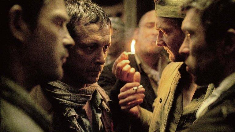 """""""Синът на Саул"""" (Son of Saul)Оценка: 91 от 100 Камерата на унгарския режисьор Ласло Немеш ни отвежда в концентрационен лагер, просмукан от животински страх. Животът за затворниците няма стойност, но всички са се вкопчили в него и търсят начини да оцелеят, дори и да е само за няколко минути. Бившият ключар Саул Аусландер (Геза Рьориг) намира такъв. Немците му дават работа в газовите камери, където трябва да изгаря трупове и той я изпълнява, докато не намира тялото на момче, приличащо на сина му."""
