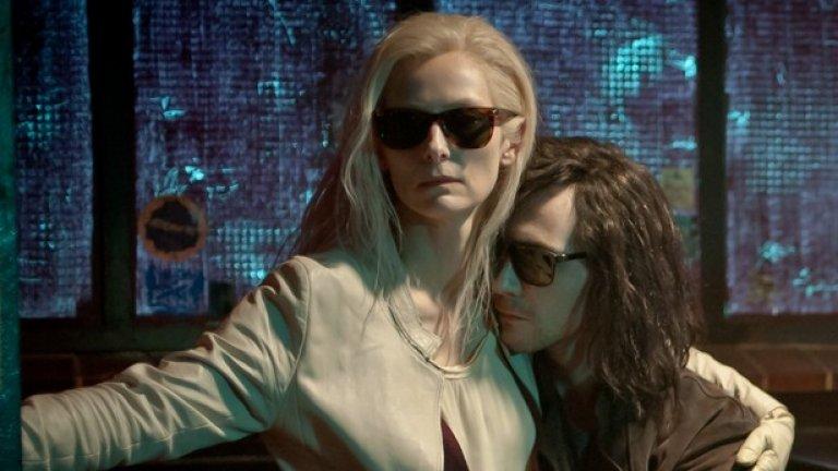 """""""Само любовниците остават живи"""" (11 април)  Повечето филми за вампири се фокусират върху сюжет, в който кръвопиец съблазнява човек, но твърде малко проверяват какво наистина се случва, когато трябва да поддържаш връзка, която трае векове.  В центъра на филма е Адам (Том Хидълстън), измъчен музикант, който живее в пустошта на Детройт и въпреки своята огромна популярност, остава в уединение, и Ева (Тилда Суинтън), по-позитивен вампир, който прекарва по-голямата част от времето си в шляене по улиците на Танжер.  На повърхността, хладно отчужденият филм на Джим Джармуш напомня тъжна медитация за дългата любов, но ако се разровим по-дълбоко, можем да открием интригуваща сатира на Западната цивилизация - общество, в което хората, които Адам нарича зомбита, се шляят безцелно, докато светът изгаря."""