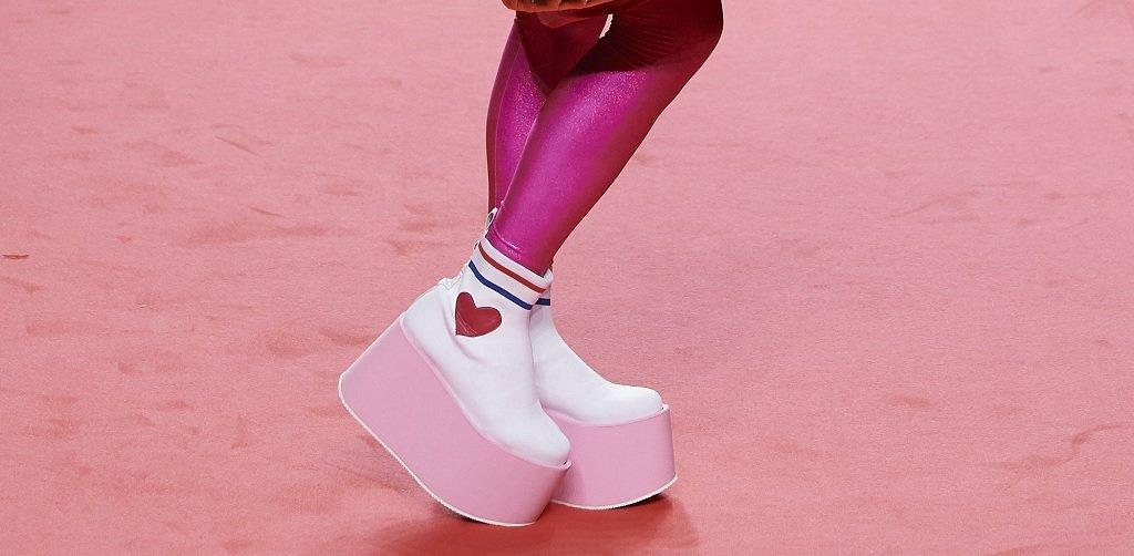 """И докато сме на платформи...   Има модерно решение и за онези, които не си падат по токовете - цяла платформа, наричана също """"флатформа"""" (от английското flat – плосък). Дали ще са изцяло равни, или леко задигнати при петата, важното е да сте на поне пет сантиметра от земята. Това важи и за сандали, и за обувки. А относно комбинирането им - имате пълна свобода, защото ги виждаме и с чорапи, и на босо, и с поли, и с панталони. Има и по-изчистени модели, с които да съчетаете офис облекло например, а също и спортно-елегантни такива, върху които да сложите късите си панталони в жегата."""