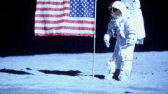 """Скафандри на Крис Гилман са използвани за минисериала на HBO """"От Земята до Луната"""""""