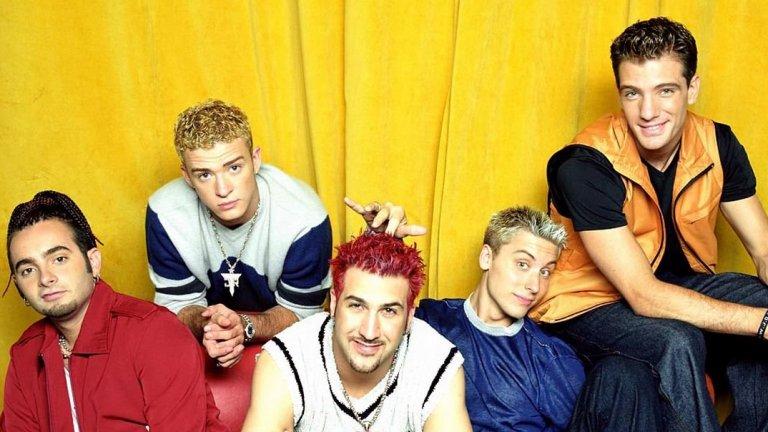 """2. 'N Sync - Bye, Bye, Bye (2000)  Когато говорим за хит на бой банда, точно този просто е твърде близо до съвършенството. Преди да издаде албума си No Strings Attached, американската група се отделя от своя лейбъл и няколко пъти отлага изданието заради последвалото съдебно дело. Албумът и големият хит в него се превръщат в символи на освобождаването от корпоративния контрол. """"Ядосани бели момчета"""", така описва себе си и бандата Джъстин Тимбърлейк две години преди да постави началото на една огромна самостоятелна кариера."""