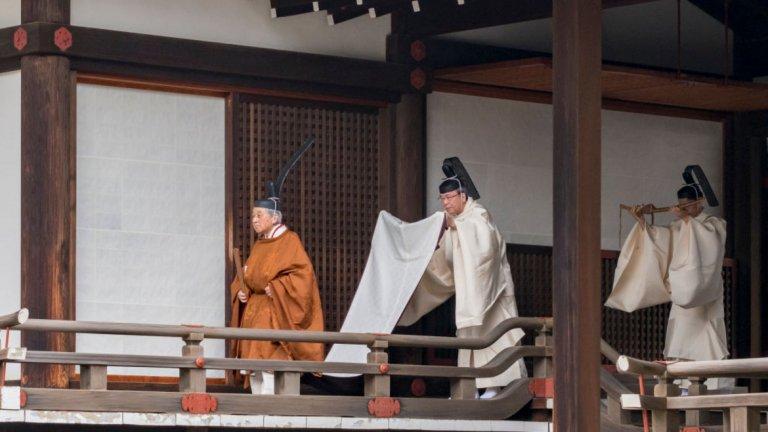 85-годишният монарх предава властта на сина си Нарухито