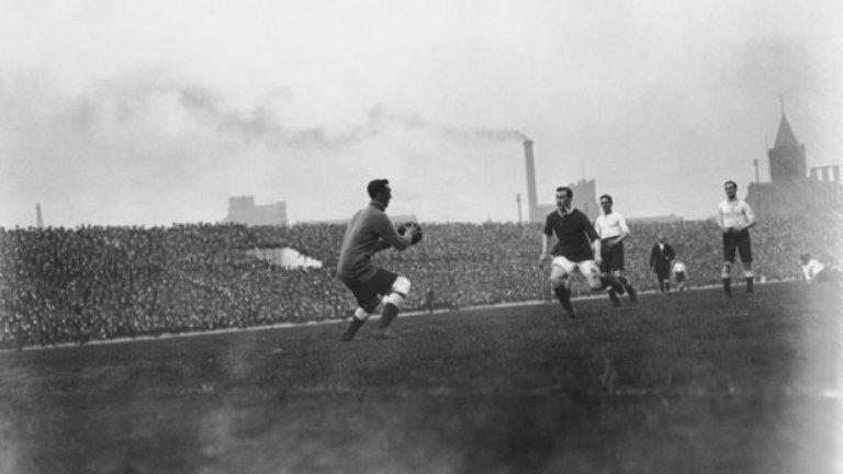 """Манчестър Юнайтед - Ливърпул 3:4, Първа дивизия (19.02.1910 г.) Юнайтед пропилява аванс от три гола, за да загуби дербито. Мачът е забележителен и с това, че е първият в историята, който се играе на """"Олд Трафорд""""."""