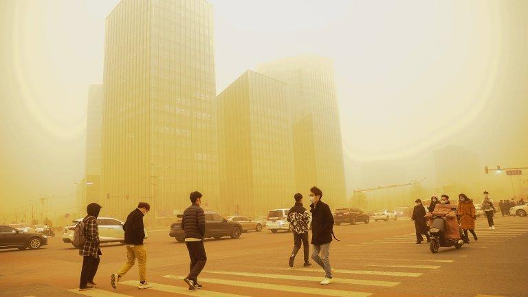 Силна прашна буря направи небето в Пекин оранжево (снимки)