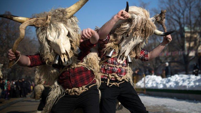 """По традиция """"Сурва"""" започна с факелно шествие, тъпани и десетки гайди. Официално началото на фестивала беше поставено от народната певица Валя Балканска, която изпя """"Излел е Дельо хайдутин""""."""