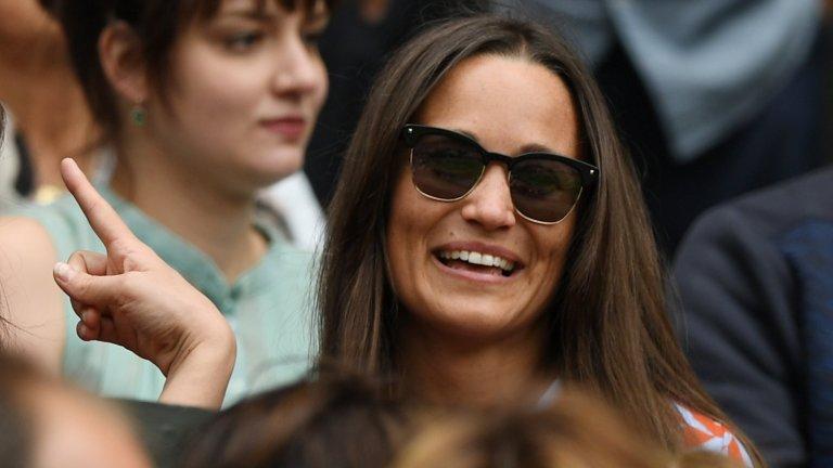 """За членовете на британското кралско семейство...  Острият език на Лагерфелд не пропуска Пипа - сестрата на Кейт Мидълтън. За нея той казва: """"Не харесвам лицето ѝ. Най-добре е да си показва само гърба""""."""
