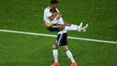 Горецка и Хенрикс празнуват втория гол във вратата на Мексико