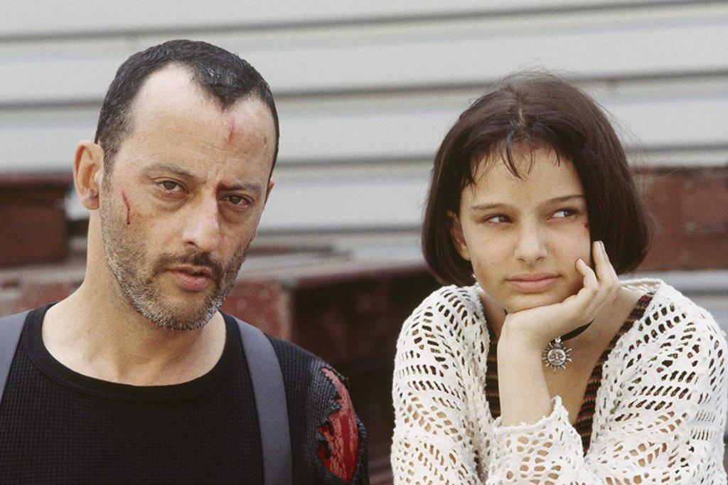 """""""Леон: професионалистът""""  Тази копродукция между Франция и Америка доказва, че Люк Бесон може да е и великолепен режисьор и то на дълбок, драматичен сюжет. Всичко се върти около Леон – професионален наемен убиец, на когото съдбата осигурява възможно най-неочаквания партньор в лицето на малката Матилда.   В образа на Леон влиза Жан Рено и прави една от най-прекрасните и докосващи роли в кариерата си. А малкото, чернокосо момиче е Натали Портман, която още тогава може да се похвали с невероятен актьорски талант."""
