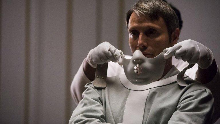 """През 2013-а Браян Фулър прави и пуска сериала """"Ханибал"""". В продължение на 39 епизода и общо 3 сезона, шоуто проследява историята на д-р Лектър преди трилогията на Харис. В ролята на изтънчения канибал влиза датчанинът Мадс Микелсен. В неговия изтънчен и лъскав образ, д-р Лектър е точно толкова страшен и психопатски, колкото и версията на Хопкинс. И най-важното - злото истински му отива.  Сериалът на Фулър е притеснителен по много параграфи и най-важното - определено не е за хора със слаби сърца. Градацията на злото е поднесена с филмова епичност, множество метафори и злокобни смъртни случаи. В сериала д-р Лектър не е просто зъл психопат, който ФБР преследва. Той е неудобното камъче в обувката, което не можеш да намериш. Той извършва злодеянията си бавно и методично, а за наказание храни най-големите си врагове, маскирани като негови приятели, с месо от жертвите си. Мадс Микелсен е толкова изтъчен, че дори само след един епизод капките студена пот по гърба ви ще образуват локви на дивана от напрежение."""