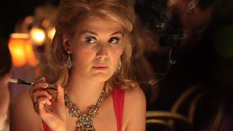 """""""Съзряване"""" (An Education)    С британската драма """"Съзряване"""" от 2009 г. Розамунд Пайк си докарва редица номинации за поддържаща женска роля. Във филма си партнира с имена като Питър Сарсгард, Кери Мълиган и Ема Томпсън. Историята проследява съзряването на тийнейджърка от предградие на Лондон от 60-те години на миналия век и как животът й се променя с пристигането на плейбой почти два пъти по-възрастен от нея."""