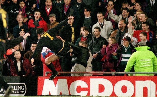 Ерик Кантона срещу фен на Кристъл Палас през 1995 г.
