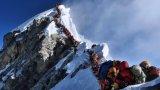 Абсурдна гледка - опашката от желаещи да покорят Еверест от страната на Непал.